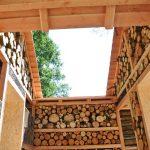 8. Insektenhotel XXL: Begehbarer Innenhof des Insektenhotels