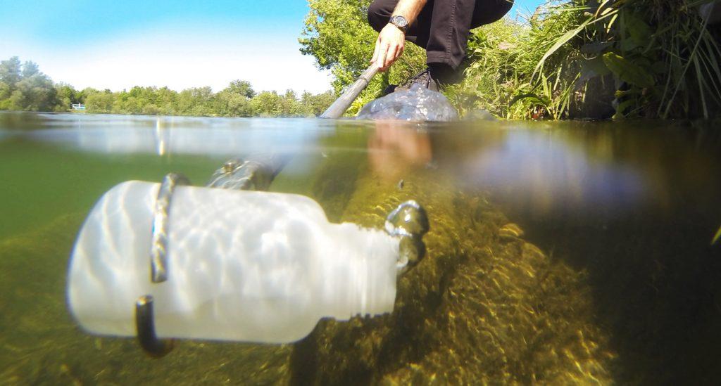 Bild Entnehmen einer Wasserprobe aus Gewässer